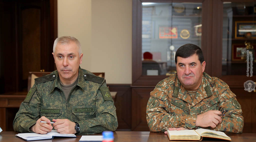 Министр обороны РА принял командующего российским миротворческим  контингентом